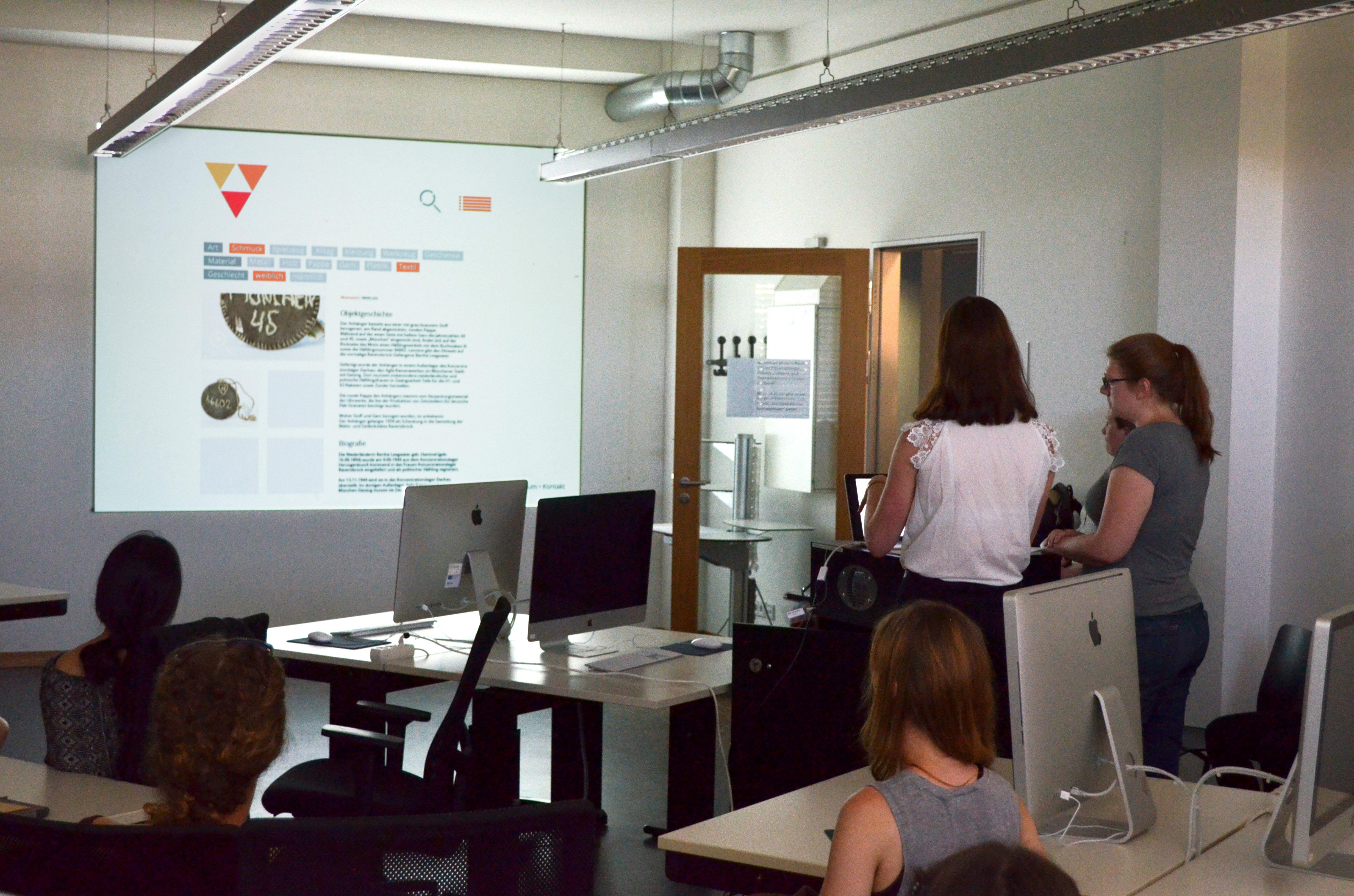 Studierende bei der Vorstellung ihres Entwurfs für die öffentliche Datenbank.