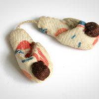Miniatur-Pantoffeln, hergestellt im KZ Ravensbrück.