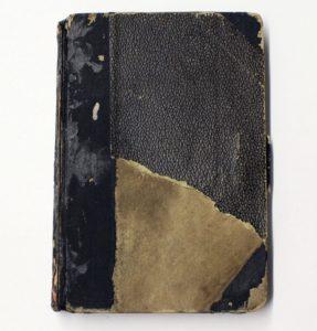 Der Einband des handgefertigten Liederbuchs ist stark abgegriffen. Foto: GuMS/SBG 14.00317